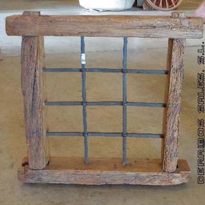 reja antigua de hierro pasado con marco de madera