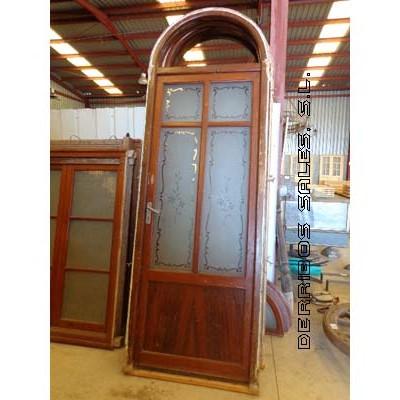 puertas antiguas con cristales biselados. en arco.