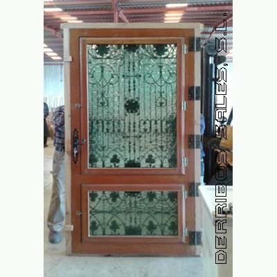puerta de madera maciza de oregon con forja. Cristales abatibles