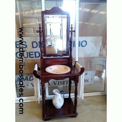 Lavabo con palangana y jarra de cerámica. Este lavabo se encuentra en perfecto estado. Las dimensiones del lavabo son 172 x 76 x 46 cm.