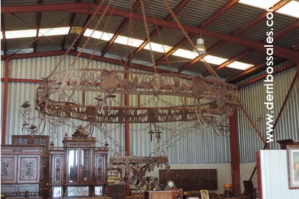 gran lampara de hierro con heraldicas