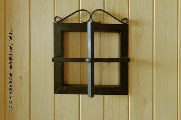 Puerta de calle, maciza, de 210 x 95 cm. con apertura a izquierda. Hoja de 4,5 cm.de grosor, marco directo de 9 x 7 cm., bisagras antipalanca, cerradura y herrajes. Medidas de la puerta machambrada con el marco directo incluido.