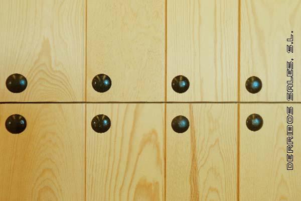 puerta partida clavos. Maciza de madera de pino