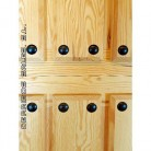 puerta de calle, de madera maciza.