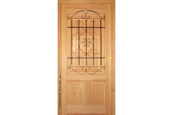 puerta de madera de calle provenzal con reja.