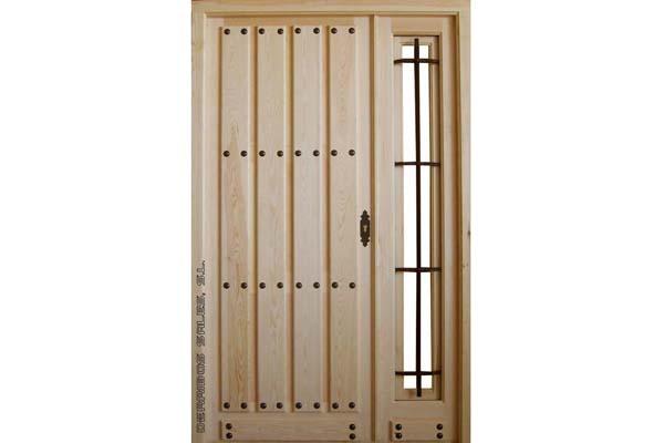 puerta de tablas montadas con fijo y reja