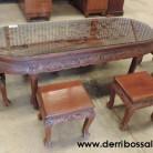 mesa de madera tallada con motivos chinos