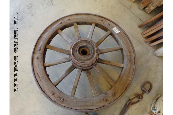 rueda antigua de carro o carreta