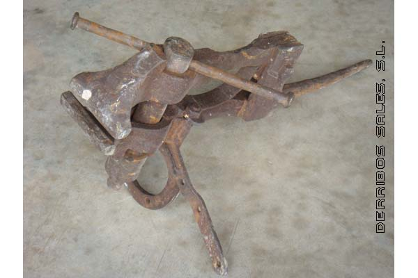 antiguedades-tornillo-herrero-hierro