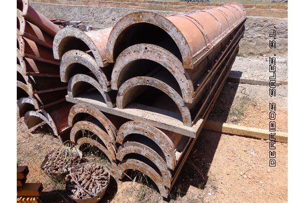 material-derribo-maquinaria-obra-tubo-encofrar-columnas-redondas-detalle