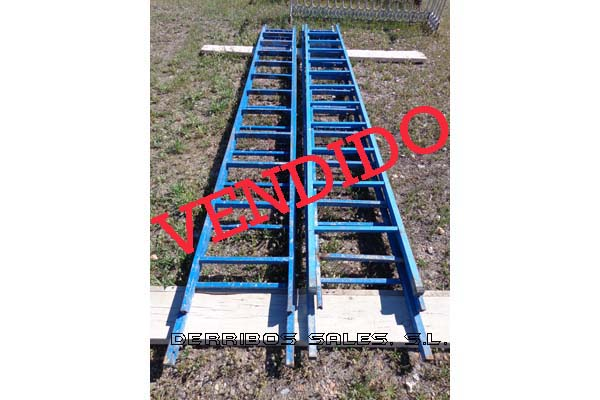 material-derribo-material-construccion-escalera-azul-1 copia