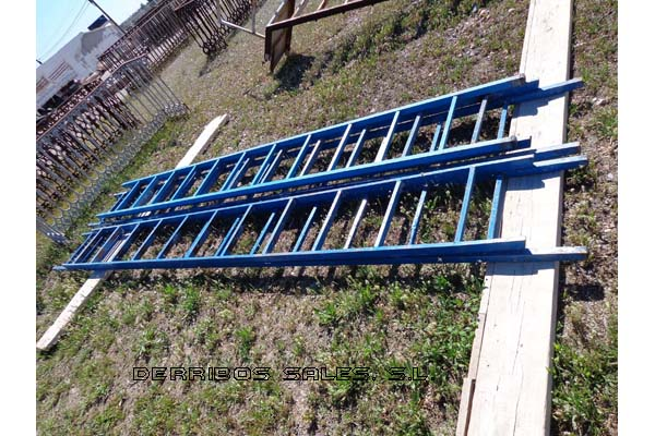 material-derribo-material-construccion-escalera-azul