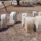 piedras para ambos lados de la entrada.