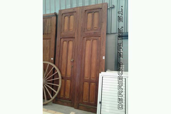 antigua puerta de madera de mobila y Nogal