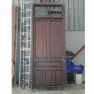 antigua puerta de madera maciza.