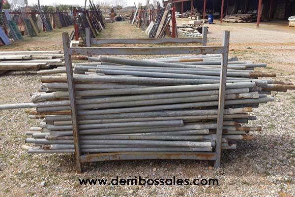 Piquetas para el vallado de solares, parcelas y huertos. Las piquetas tienen una longitud de entre 1,40 a 2,40 cm. y un diámetro de 4,5 cm.