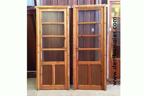 Puertas cristaleras de madera, de interior. Hay disponibilidad de 2 unidades, una derecha y una a izquierda. Las dimensiones de estas puertas cristaleras de madera son: 211 x 82 cm.
