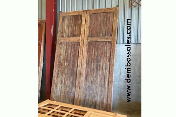 Portón de madera maciza de 325 x 210 cm.