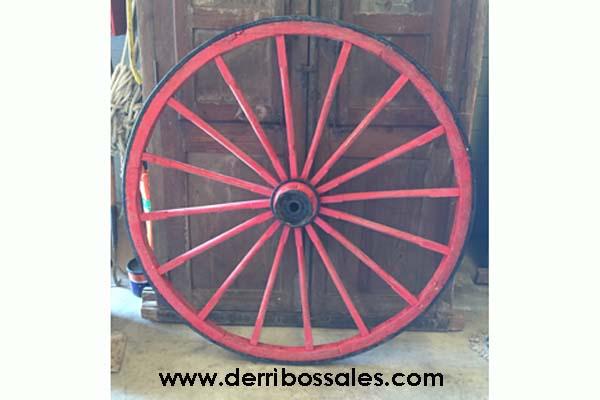 Pareja de ruedas de carro, restauradas, pintadas de rojo. El diámetro de estas ruedas de carro es de 136 cm. Se venden por separado.