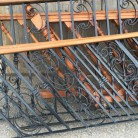 Disponemos de tramos de barandilla de hierro con pasamanos de madera. Consultar disponibilidad y modelos.