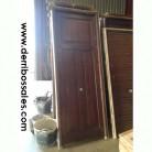 Puerta de calle, de madera maciza. Las medidas son; 240 x 93 cm.