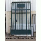 Puerta de hierro con contraventanas de cristal. Las dimensiones totales de la puerta de hierro son: 290 x 172 cm.