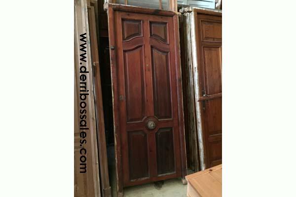 Puerta de madera. Es de calle, con cerradura. Disponibles 2 unidades iguales. Las medidas son: 215 x 90 cm.