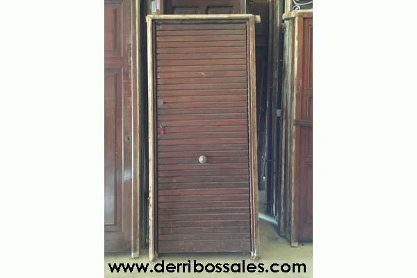 Puerta de madera de calle. Esta puerta es de machiembrado horizontal. Sus dimensiones son: 205 x 94 cm.
