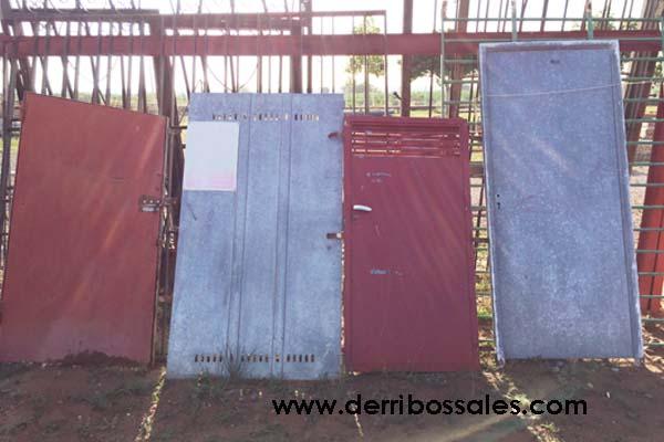 Puertas metálicas de diferentes medidas. Estas puertas metálicas son ideales para cubrir espacios bajo escaleras, altillos,....