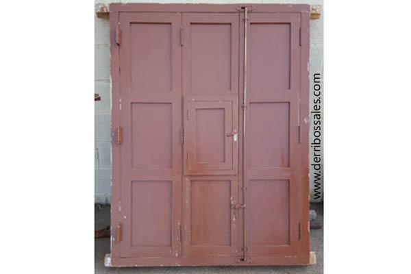 Disponemos de ventana de madera, antigua, de 148 x 113. La ventana lleva reja de hierro pasado, contraventanas y tiene un pequeño ventanuco adicional.