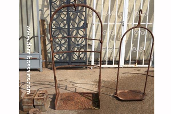 Bascula de hierro, vieja. Esta báscula está completa con platillos y pesas.