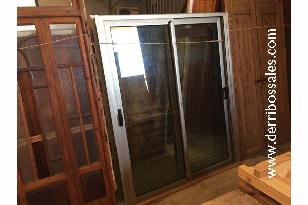 Puerta de 2 hojas de aluminio gris, correderas.