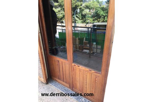 Disponemos de puertas balconeras de madera de mobila. Estas puertas balconeras tienen unas dimensiones totales de 217 x 120 cm. Ideales para puerta de salida a balcón o terraza. Existen varias unidades iguales.