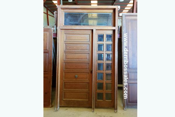 Puerta de mobila, para entrada. La puerta consta de hoja, fijo lateral y fijo superior. Medidas: 271 x 160 cm. (sin fijo superior se quedaría en 215 cm.)