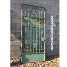 Puerta de hierro con cristal. Medidas: 267 x 120 cm. Sin fijo se quedaría a 210 cm. de altura.