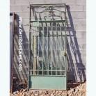 Puerta de hierro con cristal. Medidas: 267 x 120 cm.