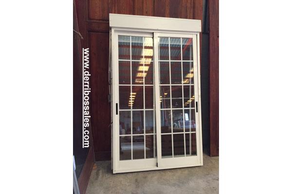 Puerta balconera de aluminio blanco con persiana. Medidas: 235 x 125 cm. Puerta aluminio corredera.