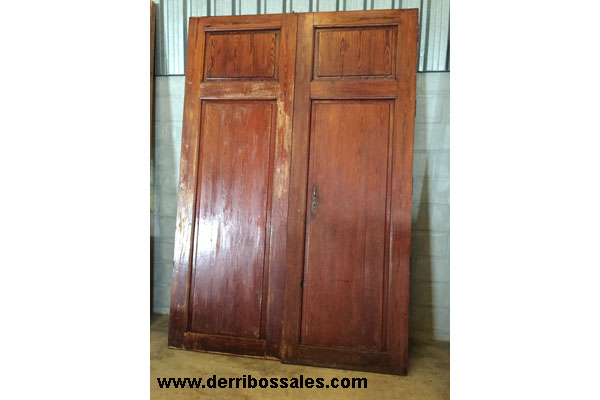 Portón de madera de mobila. Dimensiones: 260 x 176 cm.