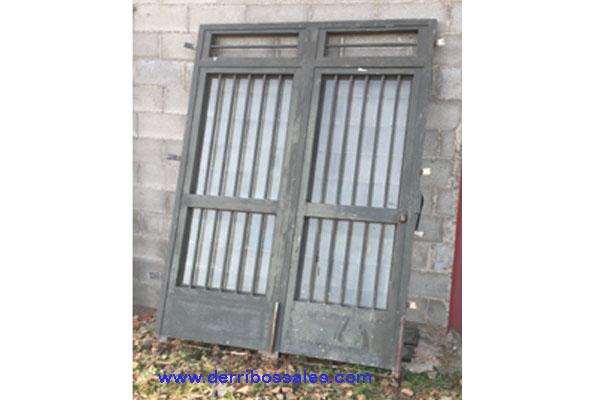 Puerta de 2 hojas, de hierro. Dimensiones: 240 x 184 cm.