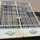 Puerta de hierro gris. Dimensiones: 280 x 195 cm.