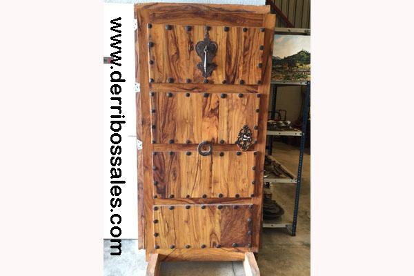 Puerta de madera de OLIVO. Realizada con madera de olivo viejo. Sus medidas son: 194 x 103 cm. LLamador y cerradura con llave antigua.