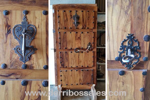 puerta de madera de olivo. 194 x 103 con clavos