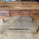 Mesa de escritorio antigua con 3 cajones. Medidas: 122 x 66 x 80 cm. En perfecto estado.