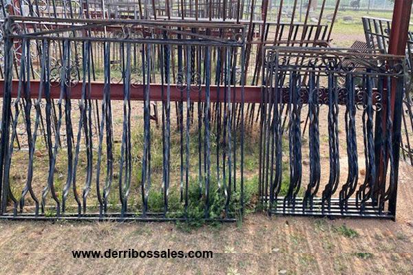 Rejas de hierro en negro. Disponibles: 5 Uds. de 123 x 88 cm. 3 Uds. de 132 x 157 cm.
