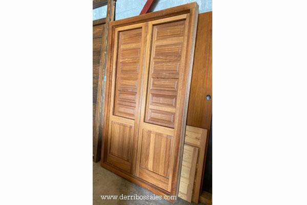 "Puerta balconera de madera de Iroko. Modelo ""Europea"", con juntas de goma. Puerta oscilobatiente, preparada para cristal con cámara."