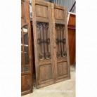 Portón de madera de mobila. Puerta recuperada con 2 hojas con cristal y reja. Medidas: 270 x 132 cm.