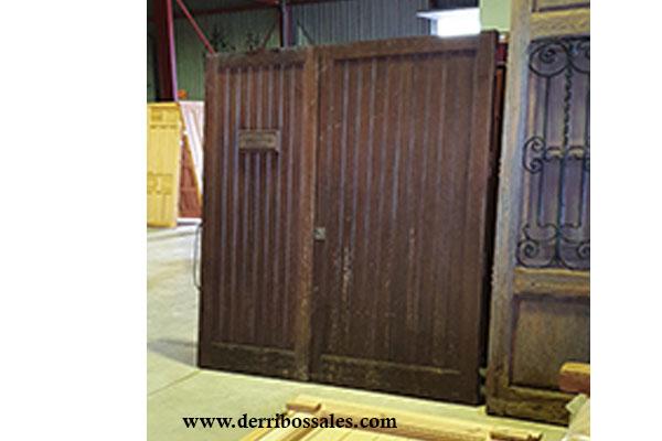 Puerta de madera de 208 x 195 cm.