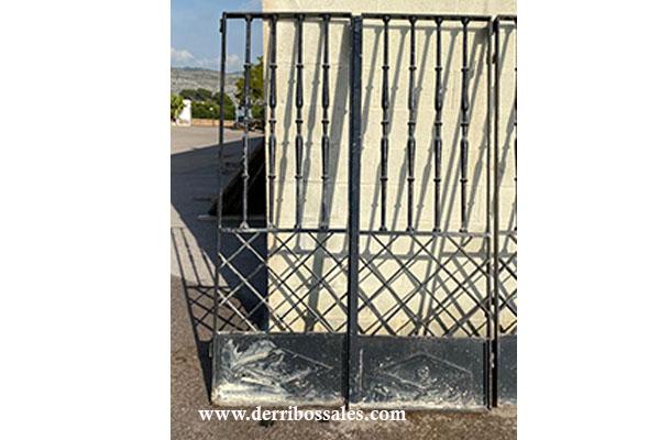 Puerta de hierro, en color negro. 2 puertas (sin marco) de 2 hojas cada una. Medidas: 200 x 138 cm.