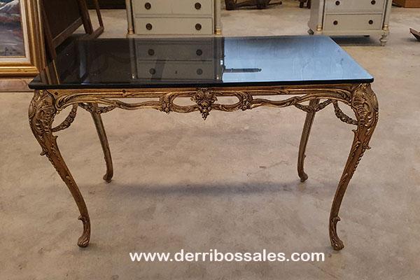 Mesa de bronce y cristal. Medidas; 77 x 45 x 47 cm.
