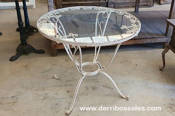 Mesa de hierro con cristal. Medidas: diámetro 80 cm. y altura 68 cm.